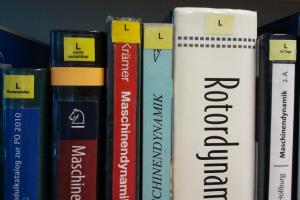 """Beispiel für Kennzeichnung unterschiedlicher Leihfristen im Lesesaal Haus 1. Bücher mit """"L"""" ohne Zusatz sind vier Wochen ausleihbar"""