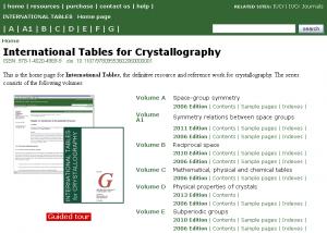 Die 'International Tables of Crystallography' gelten als maßgebliches Nachschlagewerk und Quelle der kristallographischen Forschung.