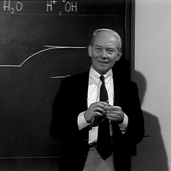 Manfred Eigen (1927 - 2019) steht vor einer Tafel und erklärt die Relaxationsmethode